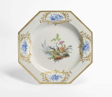 Dish decorated with birds Tournai, partly decorated in The Hague, 1776-1790 Soft paste porcelain, diam. 35 cm Kunstmuseum Den Haag