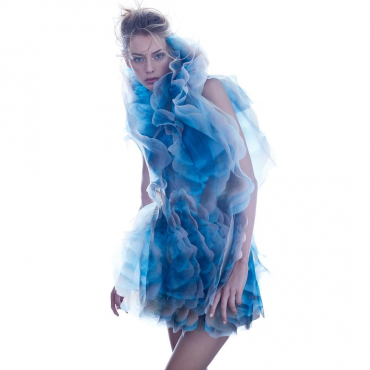 Iris van Herpen,  collectie Shift Souls, 2019 ʻCOSMICA' MICRO DRESS Vaporous coloured clouds by Kim Keever are printed on translucent organza, layered into a voluminous multi-dimensional print whose unfinished contours blur the body. Courtesey Iris van Herpen Foto: Filippo Fior / Gorunway.com