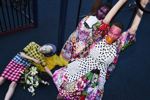 Mary Katrantzou, collectie zomer 2018. Petrovsky & Ramone (foto), Maarten Spruyt (art direction) voor Gemeentemuseum Den Haag. Courtesy Mary Katrantzou